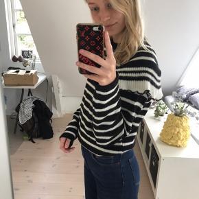 Sweater strik i str S med fede detaljer! Fra mærket Koton - aldrig brugt.  Pris: 150 kr  BYD GERNE  Tjek også mine andre varer!!☺️💐🌞