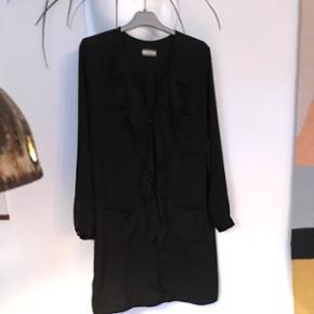 Malene Birger skjortekjole med flæser. Knapper i guld. Brugt få gange. Sælges kun for den rette pris. Passer str 36-40.