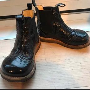 Sorte blanke støvler str 24 ikke brugt voldsomt hvilken også kan ses på billederne .. de er i rigtig fin stand . Prisen er 275 kr  Kan hentes Ørestad kbhs ellers sendes på købers regning