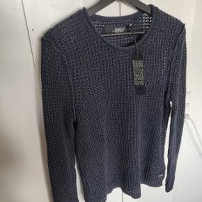 Rå, groft strikket trøje i bomuld.