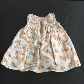 Fin kjole med blomster print. Str.0-3 måneder. fejler intet! Fra røg og dyrefrit hjem