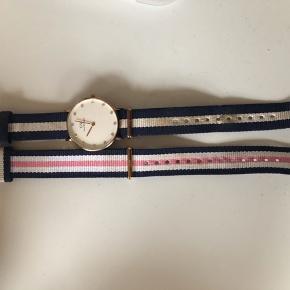 Sælger dette flotte Daniel Wellington ur, det fejler intet, dog skal der et nyt batteri i men det kan man få gjort ved alle ure forhandler.  Jeg sælger da jeg ikke bruger det mere og det bare ligger til pynt. Prisen er fast eller kom med er realistisk bud. 😊