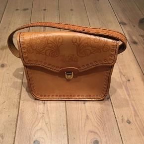 Fantastisk sød kernekæder vintage taske. Næsten hele ubrugt. 2 indvendige rum. Remmen 52 cm. Mål: bredde: 27. højde: 25 cm. dybde: 10,5 cm