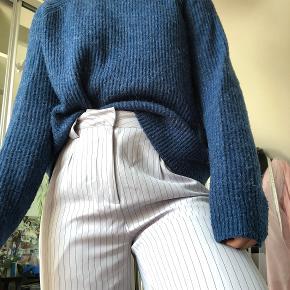 Mørkeblå ulden striktrøje.