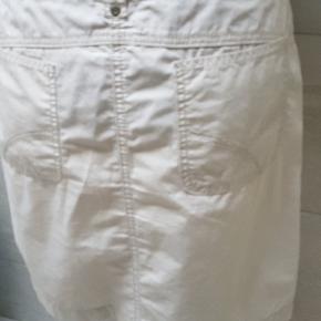 Fin let og lækker nederdel i bomuld. Måler taljen 43 Længde 46