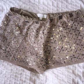 Sandfarvet shorts med palietter fra Buch brug men passet meget på.