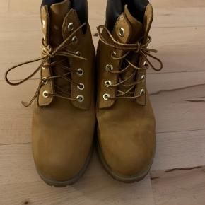 Meget pæne og velholdte klassiske vandrestøvler fra Timberland.  De er ikke slidt i sålen eller indeni. Har ikke brugt dem meget. Sælger fordi jeg får dem ikke brugt og er lige flyttet og sparer op til flere møbler :-) Der kan bydes.