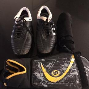 Skoene er en 40, 2/3. Passer en alm. str. 39.  Sko, benskinner og strømper fra Hummel til 200kr. samlet 🙂 Kan afhentes i Randers NØ