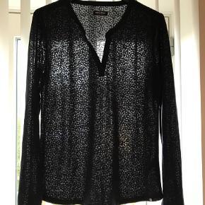 Varetype: Bluse Farve: Blå Oprindelig købspris: 600 kr.  Smuk bluse med burn out mønster / let gennemsigtig Ny uden mærke Købspris 599.-