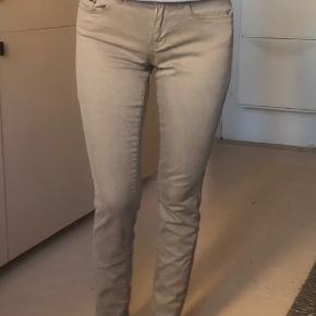 Skinny jeans i beige fra Calvin Klein. Str 27x30 men er lille i størrelsen - svarer til en 25x30