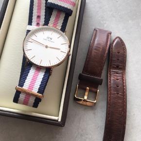 Super fint og let brugt DW ur i roseguld - det er 36mm modellen. Købt for nogle år siden, men brugt meget lidt, hvilket kan ses såvel på remmene, som på urskiven, som står så godt som fejlfri.  Nypris for sættet var 1.200 kr.  BYD - kan leveres i Århus efter aftale