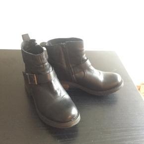 Flotte sorte Bianco støvler i læder, str 39, sælges..   Ikke brugt ret meget, så de fremstår i flot stand    Nyprisen var 799,95.kr..    SE OGSÅ ALLE MINE ANDRE ANNONCER.. :D