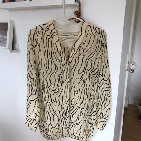 Smuk Malene Birger skjorte sælges, da jeg ikke får den brugt.   Skjorten er i 100% silke.   Style: Kanti.   Nypris 2.195,- kr.   Køber betaler evt porto. Jeg sender med Dao.