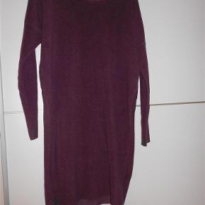 Varetype: kjole Farve: Bordeaux Oprindelig købspris: 999 kr.  Super lækker fleece kjole , kun brugt en gang.