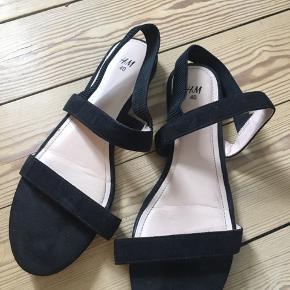 Sorte sandaler fra h&m. Brugt en enkelt gang. Fremstår som ny uden tegn på slitage.  ☀️☀️☀️☀️☀️☀️☀️☀️☀️☀️☀️☀️☀️☀️ Se gerne mine andre annoncer. Jeg giver mængderabat ved køb af flere varer