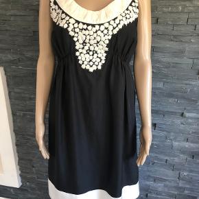 Gudesmuk kjole i 100% silke Sidder så flot på.  Brugt en enkelt gang Bryst 98 cm Længde 99 cm
