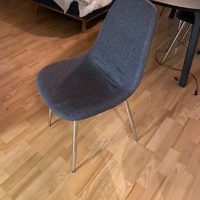 Sælger 4 spisebordsstole. De er i mørkegråt stof med stålben. Nypris 450/stk, sælges samlet for 1000