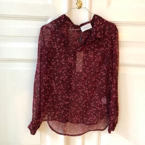 Mørkerød mønstret skjorte/bluse fra neo noir i størrelse XS. Blusen er aldrig brugt og har stadig prismærke på.