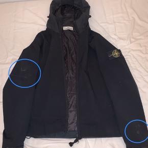 Har desværre fået puttet denne jakke i samme taske med min håndbold, fyldt med harpiks. Jeg har derfor markeret med de blå cirkler, hvor harpiksen har smittet af. Harpiksen kan muligvis fjernes og det skal siges, at jeg ikke har givet noget forsøg på at fjerne det.  Derudover har jakken 2-3 flaws, som jeg kan sende nærmere billeder af. Jakken er brugt over en vinter.