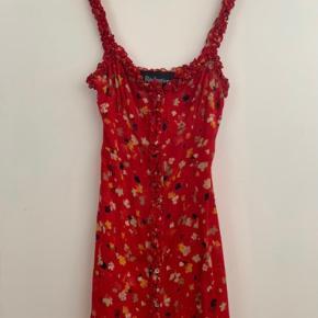Super fin kjole fra Realisation Par i str. XS Kjolens style er: Juliet dress  Brugt én gang, sælges da jeg lige har købt den længere version og har derfor ikke brug for to næsten ens kjoler. Ny pris: 1500kr (inkl. told) Sælges for: 800kr