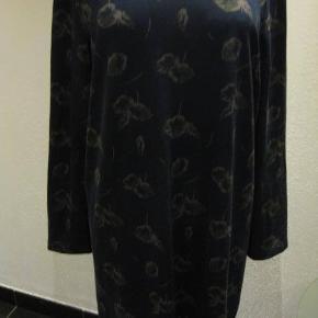 Therese kjole str XL Bm 2x60 cm Længde ca 95 cm - polyester/viscose/elastane - ikke tynd stof - lidt stræk - 90 kr plus porto Mørkeblå bundfarve Vil tro den passes bedst af den str. 46/48 men tjek evt mål (m8502)  #Secondchancesummer