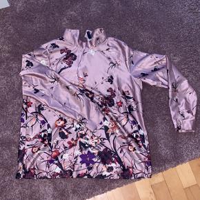 Helt ny satin/ silke trøje/skjorte som går helt op til halsen Mærket er Y.A.S.