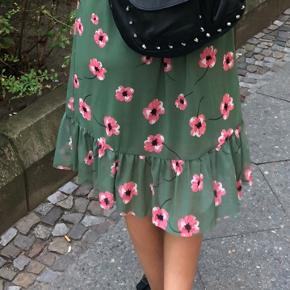 Sælger denne fine nederdel fra Moss Copenhagen. Brugt en enkelt gang, og fremstår derfor helt som ny. Nypris var 350kr.  Byd