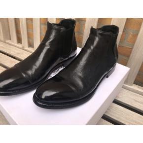 ALBERTO FASCIANI herrestøvle!! Model Cheope 628.  Ignis Black.  Håndlavet italiensk støvle købt hos bruno&joel Stor i str. Passer en str. 43 Sko-pose medfølger Nypris 4200kr.  Bud modtages gerne.