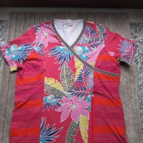 Farverig t-shirt i den lækre kvalitet fra Carla du Nord. Fin slå om detalje foran og pynte lynlås. Brystvidde 97cm Se også mine andre annoncer, jeg har mange forskellige størrelser, undertøj,badetøj mm
