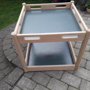 Gamle rullebord som jeg har sat i stand! Mangler bare hjul, men kan man selv sætte på :) Mål:  bredde: 64*64 Høj:58