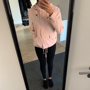 Let rosa jakke fra only, brugt i 2 måneder. Byd!!