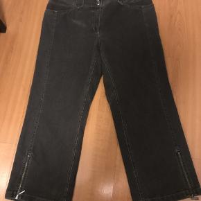 lækre jeans med lynlås i benene farven er mørk grå livvidde 2 x 43 indvendig benlængde 65 vidde i ben forneden 24