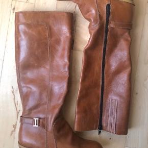 Perfekt til efteråret/vinteren. Super flotte støvler med hæl. Brugt 1-2 gange, de står i rigtig god stand. Sender gerne.