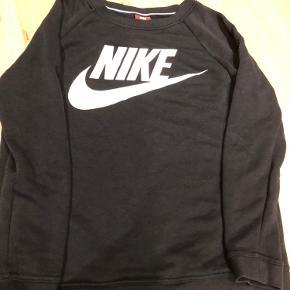 Helt fin NIKE sweater i sort. Den er brugt en del men er stadig super rar at have på. Sælges da den er blevet for lille