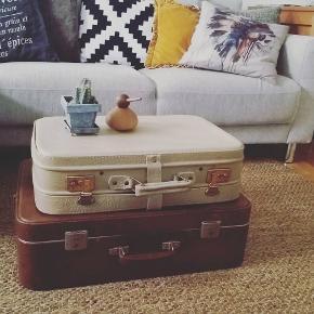 """Prisen er for begge. Sælger disse fine retro kufferter. De er købt vintage og har derfor """"patina"""" efter brug!☺️ Den cremefarvede måler: 33cm i bredden og 51 cm i længden. Den brune måler 48cm i bredden og 58 cm i længden!☀️☺️ Højden stablet er 33 cm tilsammen!☺️"""