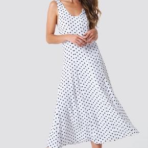BYD GERNE! Super fin sommerlig kjole. Kjolen kan evt. styles med en strik udover. Kjolen er brugt få gange, og deraf ingen tegn af brug.