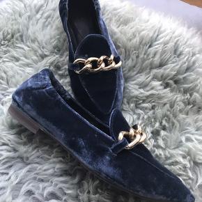 Super fin loafers fra Billi bi i blå velour med sølv kæde. Brugt få gange og inde... derfor rigtig fin stand!