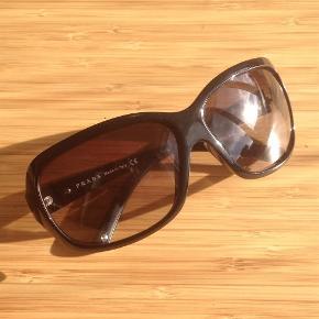 Varetype: Solbriller Størrelse: Onesize Farve: Sort Oprindelig købspris: 2200 kr.  Super lækre briller! Får dem desværre ikke brugt nok, da jeg har alt for mange solbriller. Håber en anden vil blive glad for dem! :-)