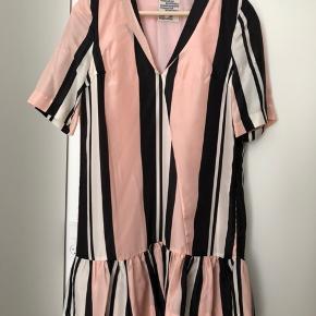 Kjole i 100% silke Fejl på begge ærmer - sælges derfor billigt