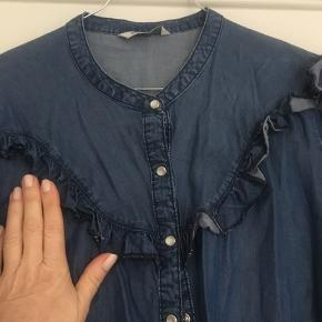 """Super fin denimskjorte med """"flæsedetaljer"""" og i feminint snit.  Brugt to gange, fejler intet."""
