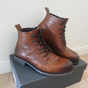 Brune læder støvler fra AMBRE, i en super kvalitet og fremstår næsten som ny. (Ny pris er 800kr.) de er kun et år gamle.