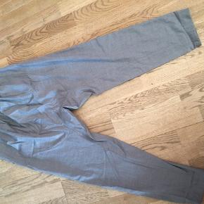 Helt ny bukser fra Malene Birger. De er højtaljet og måler 103 cm i længden. Taljen måler 72 cm. De er helt nye og aldrig vasket. Kan hentes i Hvidovre.