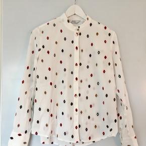 Brugt 2 gange. Så fin skjorte   Se også mine andre annoncer. Har lige tilføjet en masse nyt. Giver mængderabat ved køb af flere ting 😊