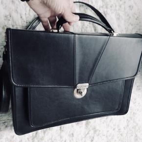 Flot sort taske fra det italienske mærke CAGIVA i skind med tre store rum, et lille og udvendig et rum.  Højde 29 cm bredde 38 cm.