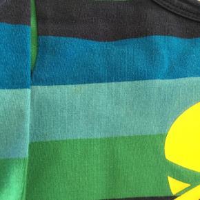 Bluse fra Danefæ str 3 år Jeans fra Molo str 104 Dreng.  Begge dele har en lille misfarvning - derfor prisen. Ikke noget særligt - se nærbilleder, så kan du selv vurdere.  Kr 40,- for begge dele.  Hentes i 6700 - lige ved sygehuset.