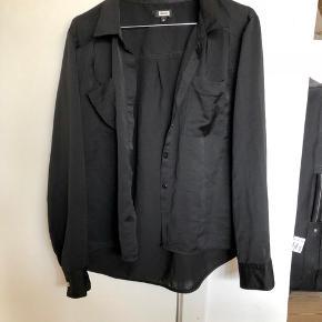 Mega lækker sort silkeagtig skjorte fra Bik Bok i str. M - vildt fed! 🌙