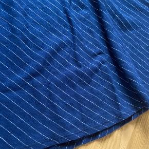 Fineste nederdel. Stadig mærke på.  Længde 68 cm.  Livvidde 33*2 cm uden at trække i elastikken.
