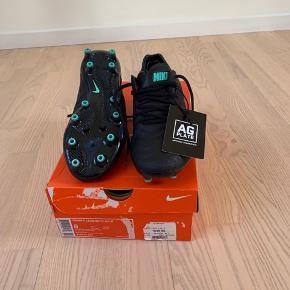 Sælger dette uprøvede mesterværk af en fodboldstøvle og alt medfølger Det er str 40,5 og til kunstgræs Mindstepris 500 kr (billigt!!) BYD!!!