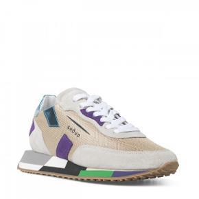 Sneakers fra det italienske mærke Ghoud Venice, som laver cool sneakers. Disse er købt hos Apair.dk og nyprisen er kr. 1.799,- har kun været brugt en gang så de fremstår som nye. Er i str. 35 med de er store i størrelsen og svarer til en normal størrelse 36. Jeg bytter ikke med andre varer.