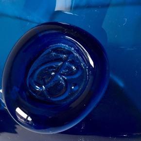 Holmegaard, Holmegaard Capri vase med segl designet af Jacob E. Bang fra 1961-1973 i den smukkeste blå nuance.,   Mål: Højde 22 cm,   Perfekt stand